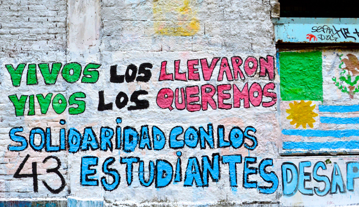 Un grafitti solidario con los 43 desaparecidos de Ayotzinapa, en la Peatonal Sarandí, Ciudad Vieja. Foto: Wikimedia Commons.