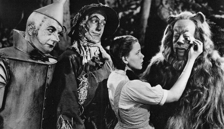 El el camino de baldosas amarillas, Dorothy hace tres amigos;  Un espantapájaros sin cerebro, un hombre de hojalata y un león cobarte. Todos representan a personajes populares de la época. Foto: Wikimedia Commons.