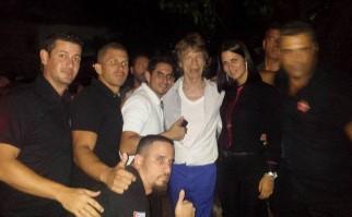 Jagger con el personal del famoso bar. Foto: www.facebook.com/SangriLaBarRestaurantClub