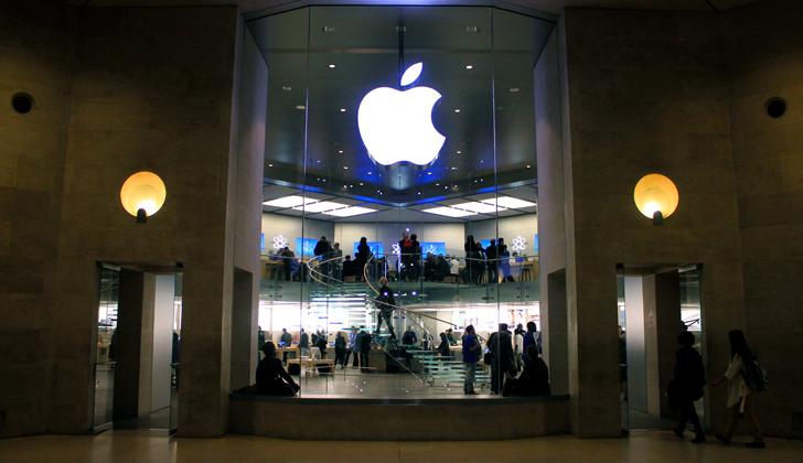 Apple Store en el Carrousel du Louvre, en París, Francia. Foto: Wikimedia Commons.