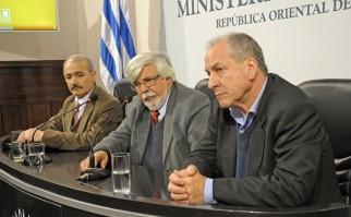 Ministros Eduardo Bonomi (cen.) y Ernesto Murro (der.), junto a subdirector nacional de Policía, Raúl Perdomo. Foto: Presidencia del Uruguay.