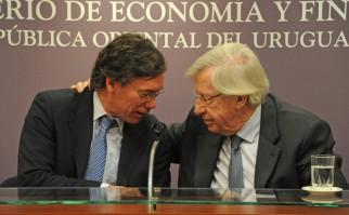 Danilo Astori (der) junto a su asesor Martín Vallcorba. Foto: Presidencia del Uruguay.