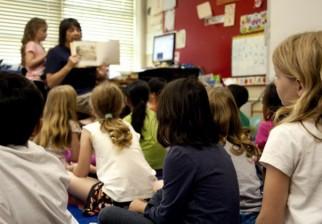 """Francia reinserta en las aulas los dictados, lectura en voz alta y cálculo mental por evidente """"retroceso educativo"""""""