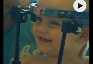 Jaxon Taylor, el bebe australiano que sufrió decapitación interna total en un accidente de tránsito, vuelve a caminar tras una operación inédita