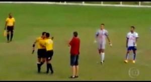 Para los que creían haber visto todo en fútbol: En Brasil golpean al árbitro que va al vestuario y vuelve con una pistola en la mano