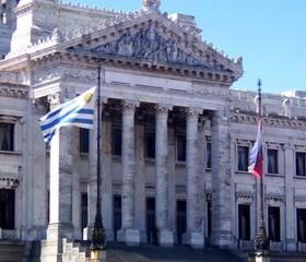 Ministros Fernández Huidobro y Bonomi informarán al Parlamento sobre robos en unidades militares