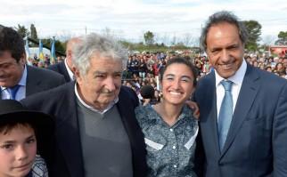 Mujica posa junto al candidato presidencial Daniel Scioli. Foto: Daniel Scioli.
