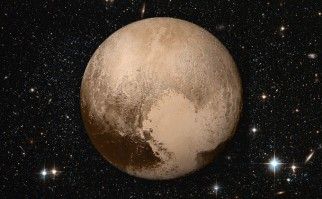 Plutón o (134340) Pluto es un planeta enano del sistema solar situado a continuación de la órbita de Neptuno. Su nombre se debe al dios mitológico romano Plutón (Hades según los griegos). Foto: Wikimedia Commons.