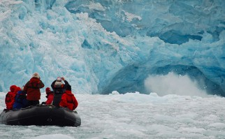 Turistas se acercan a un glaciar en el Archipiélago de Svalbard, que se encuentra en el Círculo Polar Ártico y pertenece a Noruega. Foto: Wikimedia Commons.