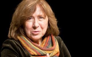Su libro La guerra no tiene rostro femenino (1983), es considerado el primero en este estilo donde plantea una serie de entrevistas, y el tema de las mujeres rusas que participaron en la II Guerra Mundial.