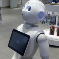 """Japón pone a trabajar en un banco a su emblemático robot """"Pepper"""" que ya atiende al público"""