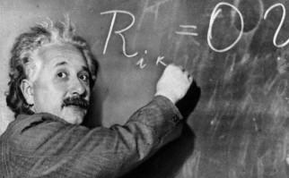Einstein solía explicar sus postulados y teorías de espalda a la audiencia, pues tenía pánico de hablar en público. Foto: Wikimedia Commons.