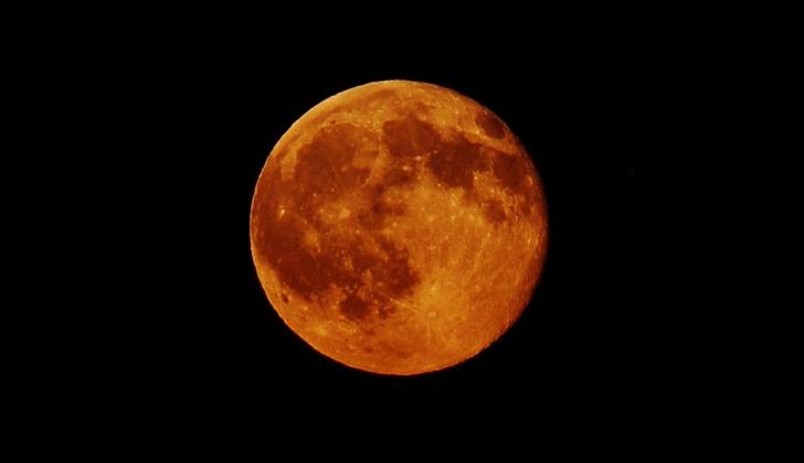 """Astrónomos descubren causas por las que la Luna se """"torció"""" 5º en relación a la órbita de la Tierra"""