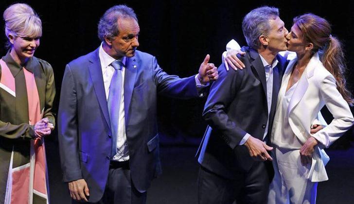Las esposas de los candidatos los saludaron tras el debate. Foto: Mauricio Macri - Facebook.