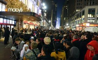 """En Estados Unidos, miles de personas acampan la noche anterior al """"viernes negro"""" con el fin de ingresar primeros a las tiendas y acaparar las mejores ofertas.  Foto: AFP archivo /Stan Honda."""