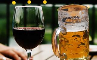"""Según las conclusiones, el vino en principio """"se sube más rápido a la cabeza"""" que la cerveza: en promedio los efectos del vino se desataron en el torrente sanguíneo alrededor de 50 minutos después de la ingesta, mientras que en la cerveza ocurrieron recién pasada la hora. Fotos: Pixabay."""