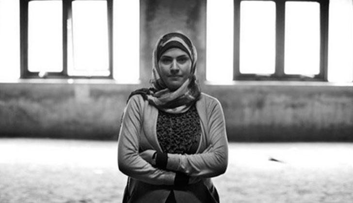 """""""Para poder trabajar en El Cairo sin que me acosen tengo que vestirme y comportarme como un hombre"""" denuncia la fotógrafa Eman Helal. Foto: AFP"""