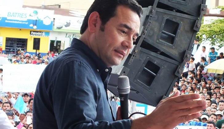 Jimmy Morales saludando a una multitud de electores. Foto: Facebook Jimmy Morales.
