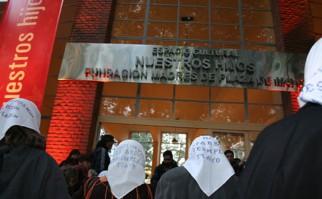 Madres de Plaza de Mayo entrando al Espacio Cultural Nuestros Hijos en un evento. Foto: nuestroshijos.org.ar.