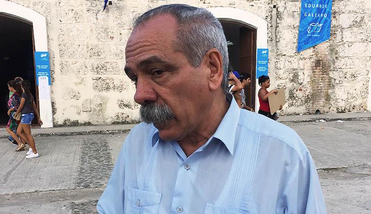 Jorge González Pérez, hablando con LARED21 frente al Pabellón Eduardo Galeano, en la Feria Internacional del Libro de La Habana.