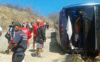 """""""Fue un accidente enorme, grandísimo, pero con mucha suerte"""" dijo el presidente de Huracán tras el vuelco del ómnibus del plantel. Foto: EFE"""