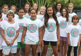 Dos niñas indonesias consiguieron una gran promesa de su gobierno: dejar de producir bolsas de plástico