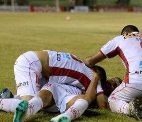 Huracán se metió en el grupo de Peñarol