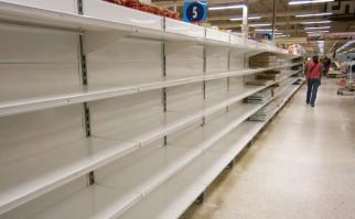 """Góndolas vacías en un supermercado de la cadena """"Central Madeirense, en Caracas, Venezuela. Foto: Wikimedia Commons."""