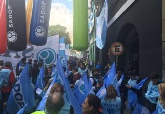 Sindicatos argentinos unidos en contra a la administración de Mauricio Macri: multitudinaria movilización en Buenos Aires
