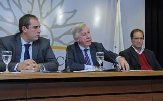 Ministro de Economía y Finanzas, Danilo Astori, acompañado por Pablo Ferreri y Andrés Masoller. Foto: Presidencia del Uruguay.