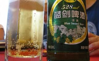 "Famosa cerveza china ""Blue Sword"", fabricada en la provincia de Chengdu, famosa por le calidad de sus aguas. Foto: Bernt Rostad."