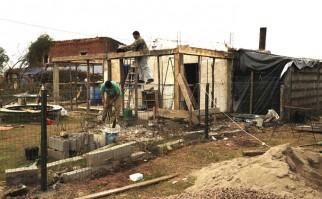 Vecinos en Dolores reconstruyendo sus casas | Foto: Presidencia