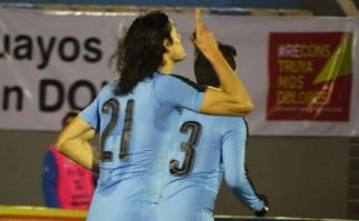 Edinson Cavani festeja su segundo tanto en el partido / Foto: AUF
