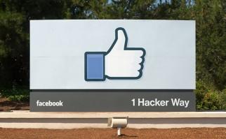 Rótulo en la entrada de las oficinas centrales de Facebook, en California. Foto Wikimedia Commons.