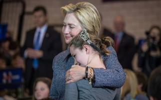 Hillary Clinton abraza a una niña en una de sus convenciones con los votantes. Foto: Facebook/HillaryClinton.
