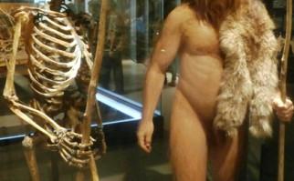 Esqueleto y representación del hombre de Neandertal, en el Museo de Historia Natural de EE.UU. Foto: Wikimedia Commons.
