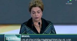 La presidenta de Brasil, Dilma Rousseff, recibe la llama de los Juego Olímpicos