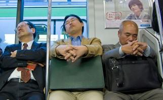 Trabajadores haciendo inemuri, durante un viaje en el metro de Tokio. Foto: Wikimedia Commons.