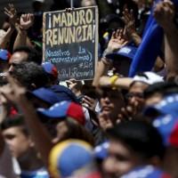 Oposición venezolana entrega firmas al Consejo Electoral para activar referéndum revocatorio contra el presidente Nicolás Maduro