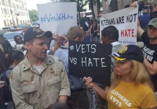 """""""Vets vs Hate"""": Veteranos de guerra protestan contra Donald Trump en frente a su torre de Nueva York"""