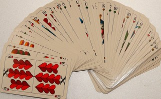 Jugar a las cartas podría ayudar a recuperar habilidades motoras. Foto: Pixabay