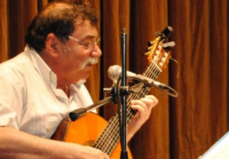 Intendente de Montevideo, Daniel Martínez, entrega Medalla Guitarra Negra a Héctor Numa Moraes