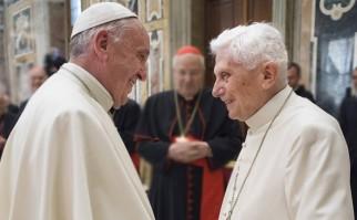 Francisco saluda al Papa emérito Benedicto XVI, en la celebración del 65° aniversario de su ordenación sacerdotal. Foto: news.va.
