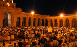"Oración ""Tarawih"" en la mesquita de Kairouan, Tunes. Foto: Wikimedia Commons."