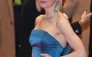 Renée Zellweger sorprendió al mundo en 2015 cuando apareció con un cambio total de cara que, se presume, es resultado de cirugías estéticas. Foto: Wikimedia Commons.