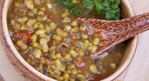 Nutritiva sopa de soja verde y tomate, ideal para calentar el cuerpo y mantener la vitalidad