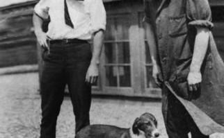 Charles Best (izquierda) y Frederick Banting junto a uno de los perros sin páncreas que fue tratado exitosamente con sus primeras preparaciones de insulina (agosto de 1921).