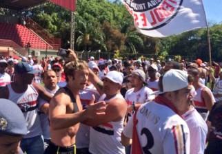 En medio de una crisis deportiva, la torcida de Sao Paulo fue a increpar a los jugadores y Diego Lugano se encargó de tranquilizarlos