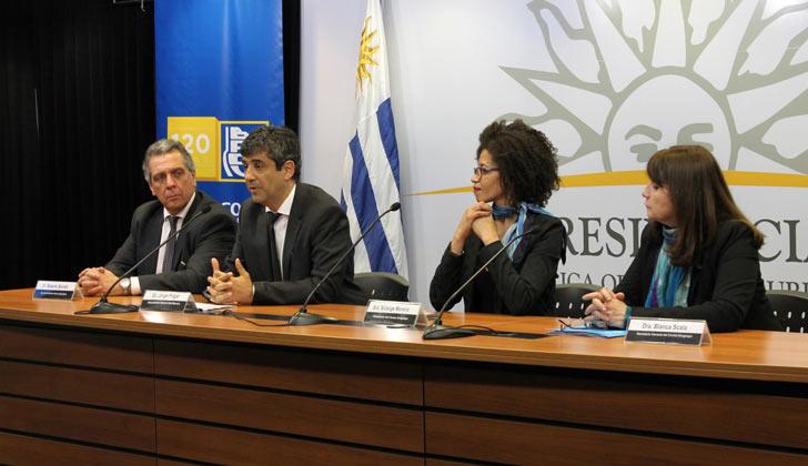 Foto: Roberto Borrelli, secretario general del BROU; Jorge Polgar, presidente del BROU; Solange Moreira, presidenta del Correo, y Blanca Sclara, secretaria general del Correo.