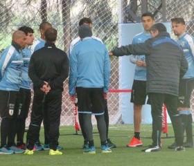 Los jugadores de la selección uruguaya toman postura ante la millonaria ofera de Nike